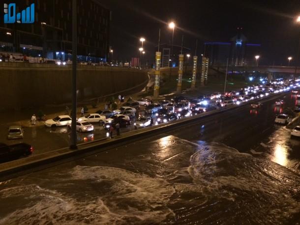 صور الأنفاق تغرق بالامطار يشلّ حركة المرور في الرياض 307668.jpg