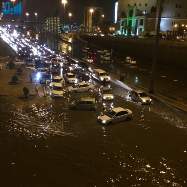 صور الأنفاق تغرق بالامطار يشلّ حركة المرور في الرياض 307670.jpg