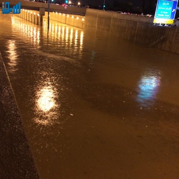 صور الأنفاق تغرق بالامطار يشلّ حركة المرور في الرياض 307672.jpg