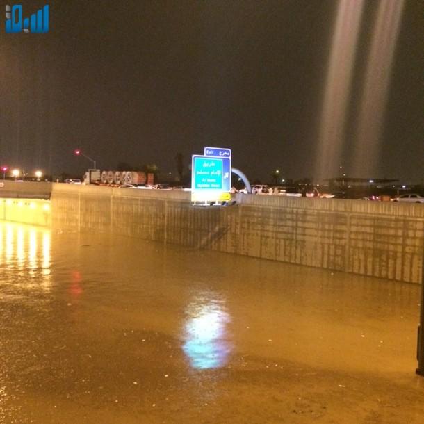 صور الأنفاق تغرق بالامطار يشلّ حركة المرور في الرياض 307673.jpg
