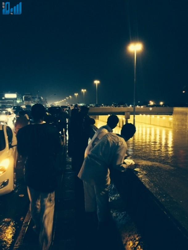 صور الأنفاق تغرق بالامطار يشلّ حركة المرور في الرياض 307675.jpg