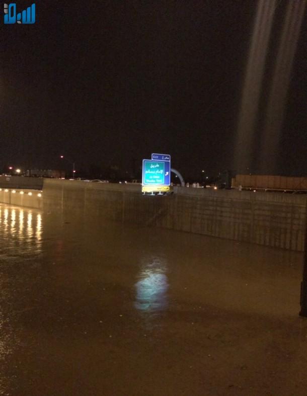 صور الأنفاق تغرق بالامطار يشلّ حركة المرور في الرياض 307679.jpg